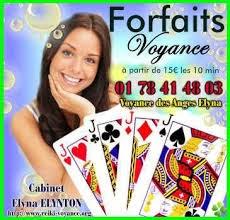 Femme brune avec le jeu de 32 cartes propose un forfait voyance